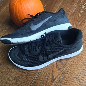 NIKE: Men's athletic black mesh sneakers